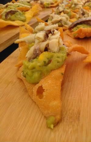 Guacamole com nachos e carapau em conserva