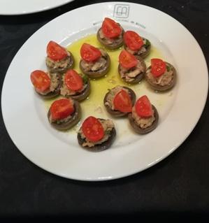 Cogumelos baby recheados com pasta de carapau com algas e tomate cherry